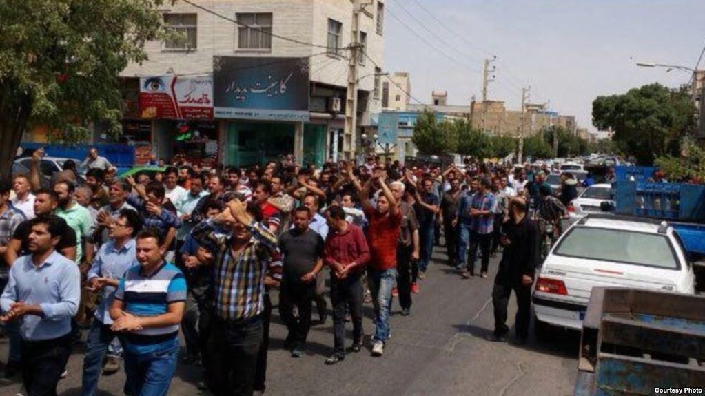 Iran Daily: Protests Spread Amid Economic Crisis