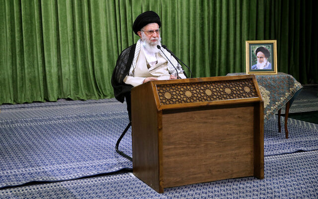 """Supreme Leader Acknowledges Economic """"Disease"""", Calls for End to In-Fighting"""